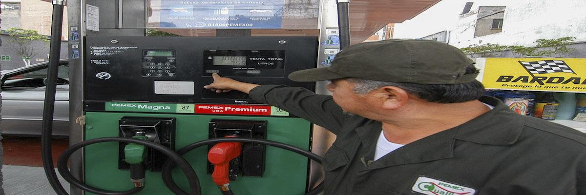 MÉXICO, D.F., 04ENERO2016.- Los precios de las gasolinas y el diésel disminuyeron a partir del 1º de enero. De esta manera, la gasolina Magna costará 13.16 pesos por litro, 41 centavos menos que el precio establecido en 2015, en tanto que la tipo Premium costará 13.98 pesos, una baja de 40 centavos respecto al mismo periodo. FOTO: ARMANDO MONROY /CUARTOSCURO.COM