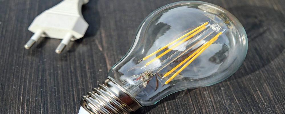 Comerciantes denuncian aumento en costo de luz de hasta 400%